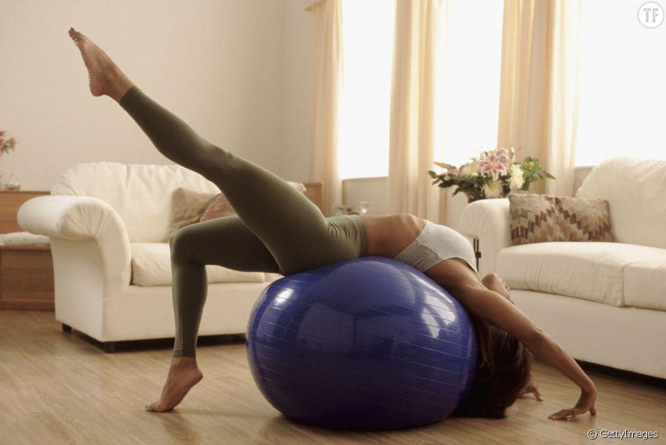 Les meilleurs exercices à faire avec une swiss ball