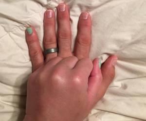 Cet homme vernit son petit doigt par amour