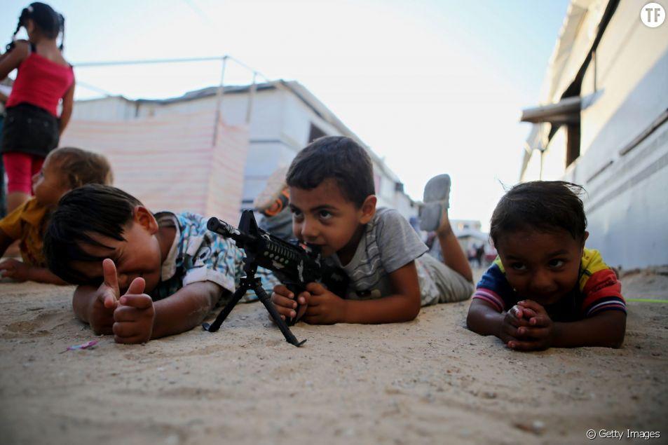 Jeunes enfants jouant à la guerre