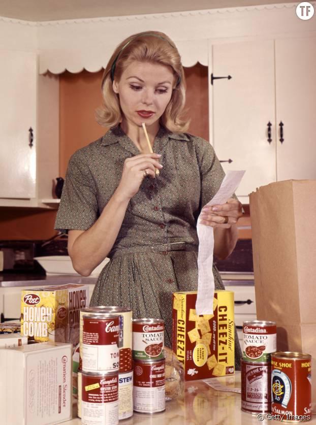 La parfaite bobonne prépare de délicieux repas pour son mari