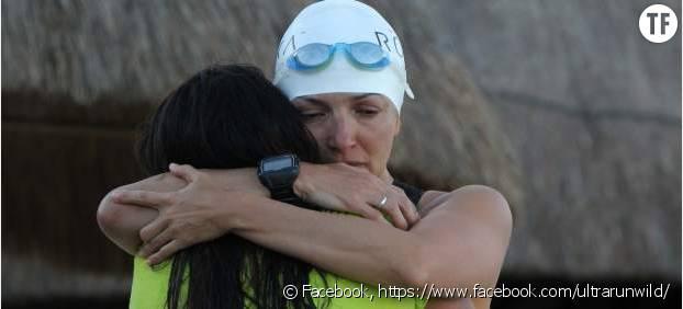 Norma Bastidas qui serre dans ses bras une autre survivante du trafic humain qui l'a soutenue durant tout son triathlon Cancun-Wahsington DC