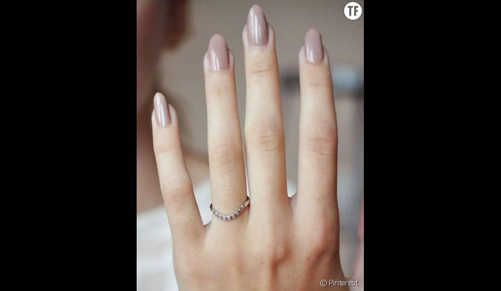 Le nude va aux ongles courts comme aux ongles longs