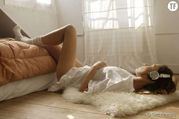 La méditation par des sons binauraux permettrait un sommeil plus profond.