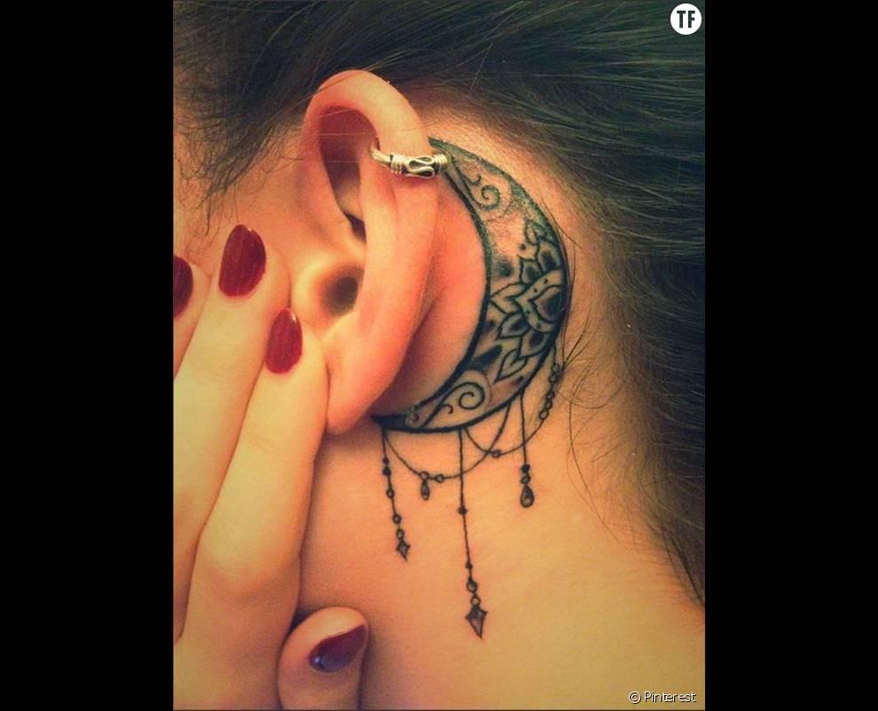 Tatouage Derriere L Oreille Une Fleur De Lotus Et Une Lune