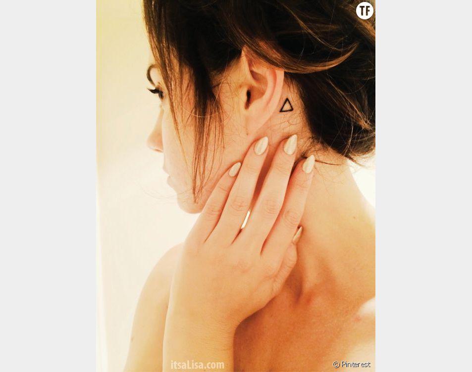 Tatouage derrière l'oreille : forme géométrique