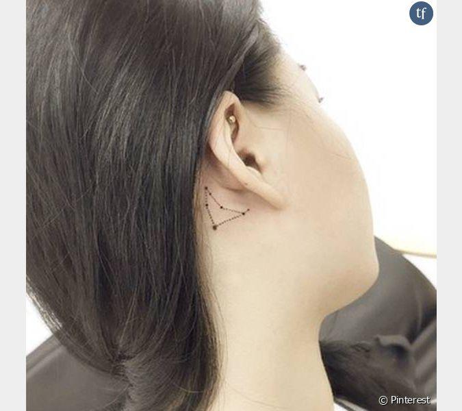 Tatouage derri re l 39 oreille constellation - Tatouage derriere oreille ...