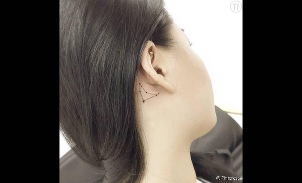 tatouage derrière l'oreille : constellation - terrafemina