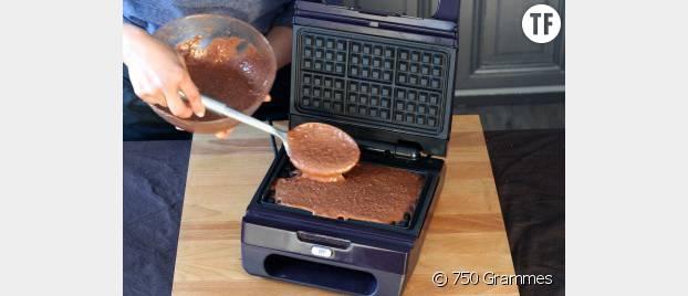 Mettez une cuillère à soupe dans chaque empreinte du gaufrier.