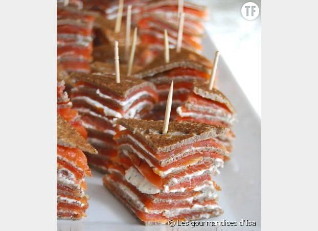 Un millefeuille galette de sarrasin, saumon et fromage frais : un apéro frais et élaboré prêt en 5 min!