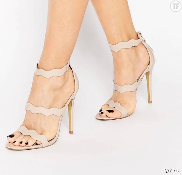 Sandales beiges Public Desire à talons avec brides ondulées 42,99 € sur Asos