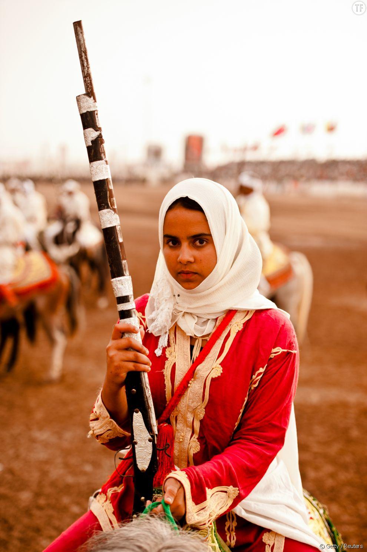 Une femme à cheval avant le début d'une fantasia au Maroc