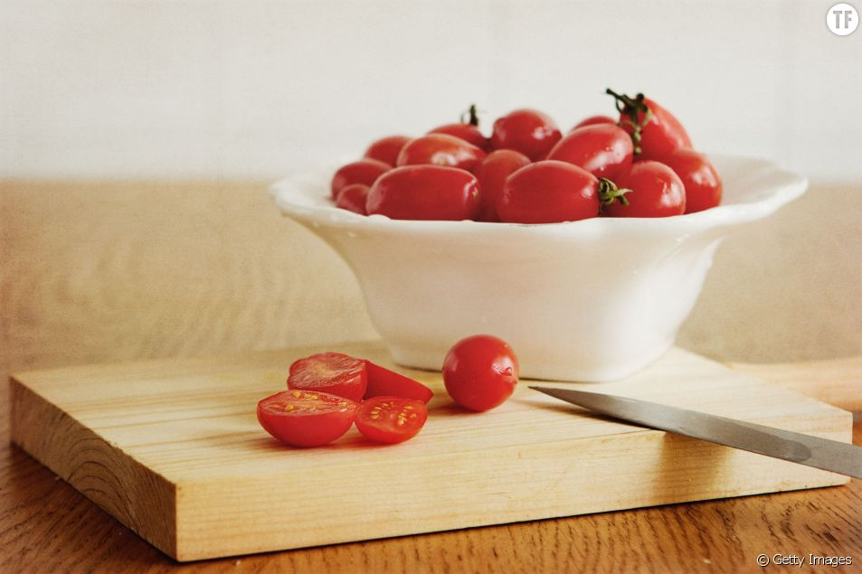 Voici une incroyable astuce pour couper ses tomates-cerises en un temps record.