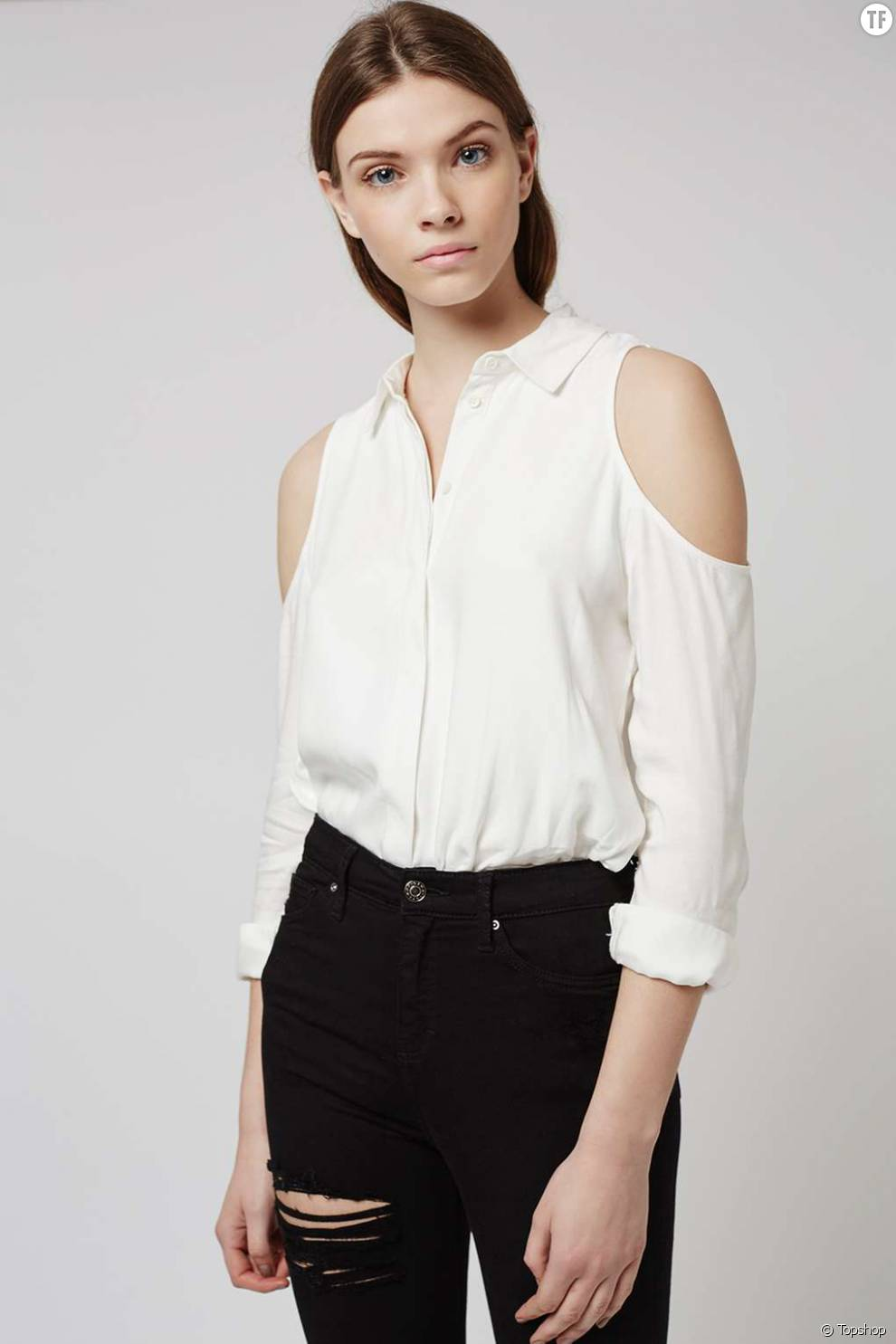 Chemise blanche à épaules découvertes  , Topshop, 50 euros.