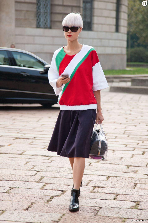 Pour féminiser son look sportswear, on opte pour la jupe midi.