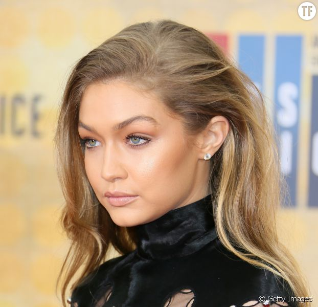 Gigi hadid maîtriste à la perfection l'art de l'highlighter.