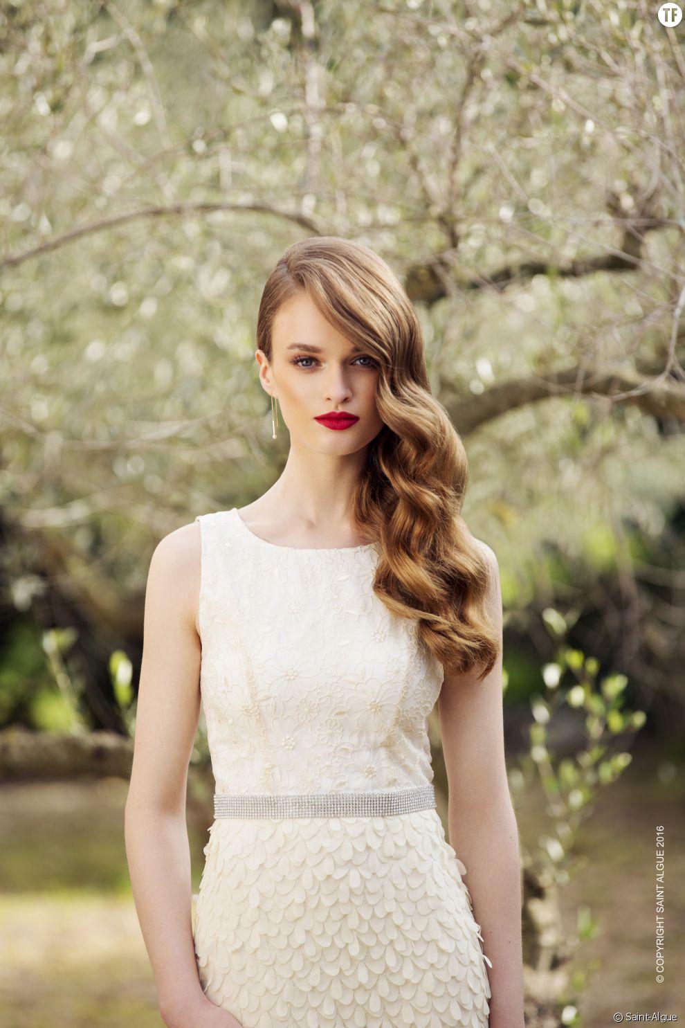 On ondule sa chevelure qu'on ramène sur un seul côté pour apporter la touche d'élégance nécessaire à son look.