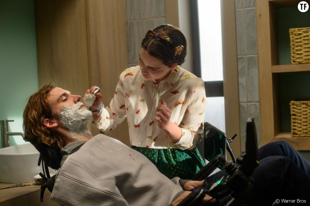 Emilia Clarke prend soin de  Sam Claflin  dans Avant Toi