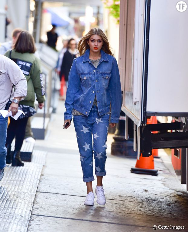 Gigi Hadid se démarque avec sa veste en jean XXL et son jean boyfriend étoilé.
