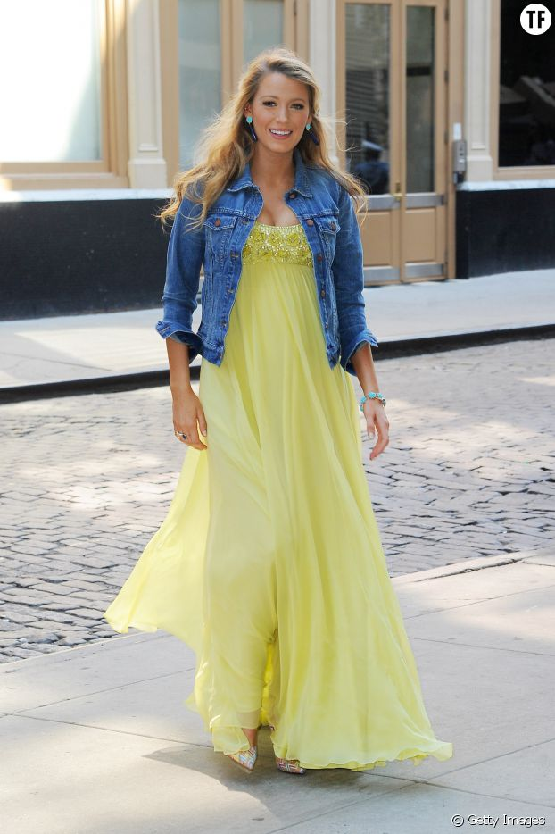 Blake Lively donne dans la maxi robe jaune.