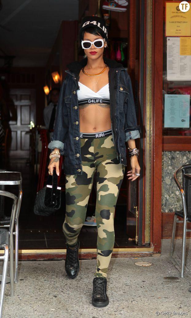Rihanna adopte la veste en jean de façon très sportswear.