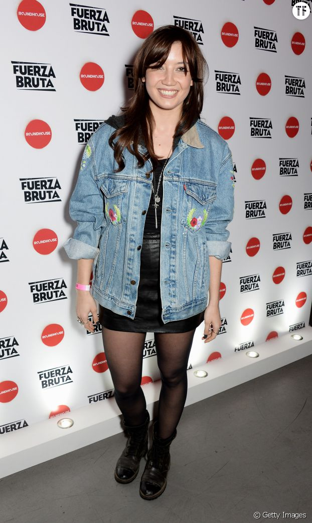 On copie le look très rock de Daisy Lowe.