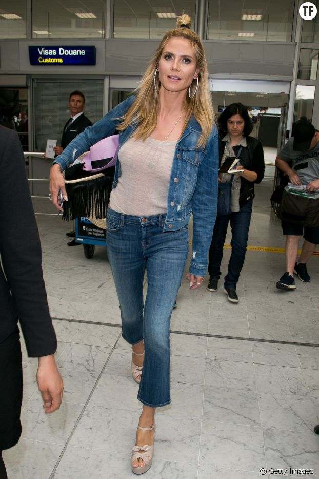 Heidi Klum voyage en beauté avec son ensemble en jean patte d'eph.