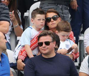 Coleen Rooney, la femme de Wayne Rooney et ses fils lors du match entre l'Angleterre et le Pays de Galles à Lens lors de l'UEFA Euro 2016 , le 16 juin 2016