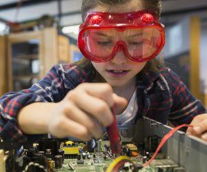 Cette petite fille de 10 ans veut construire un robot pour égayer les rues de Paris