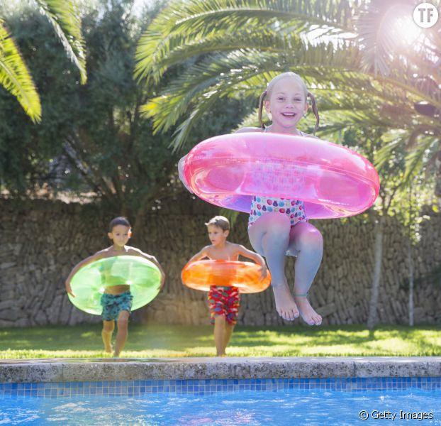 Enfants jouant dans la piscine