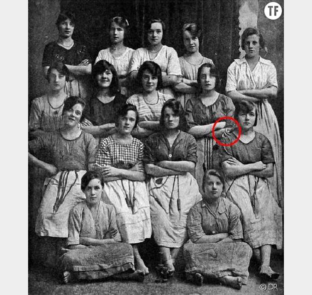 Une main fantôme s'est glissée sur l'épaule d'une des jeunes femmes de la photo.