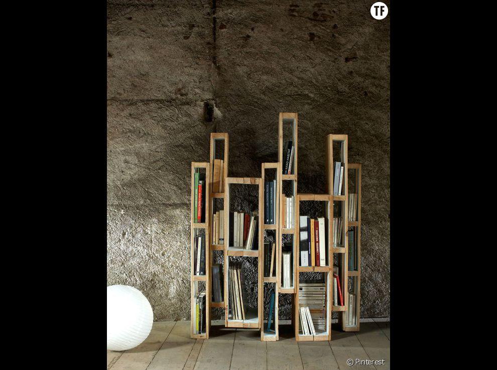 Une palette transformée en bibliothèque design