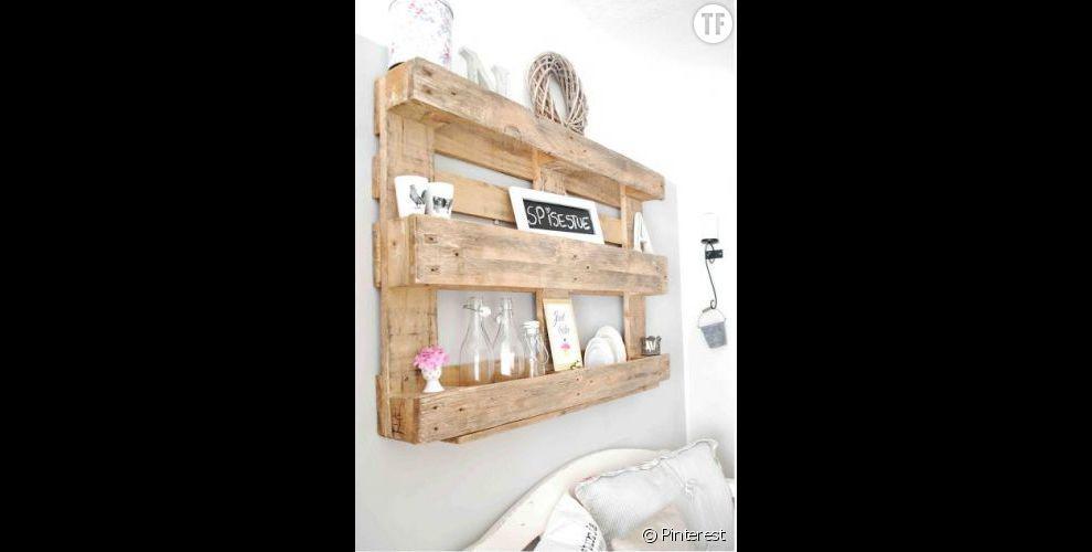 Idée déco récupération : une palette qui devient une étagère pour le salon
