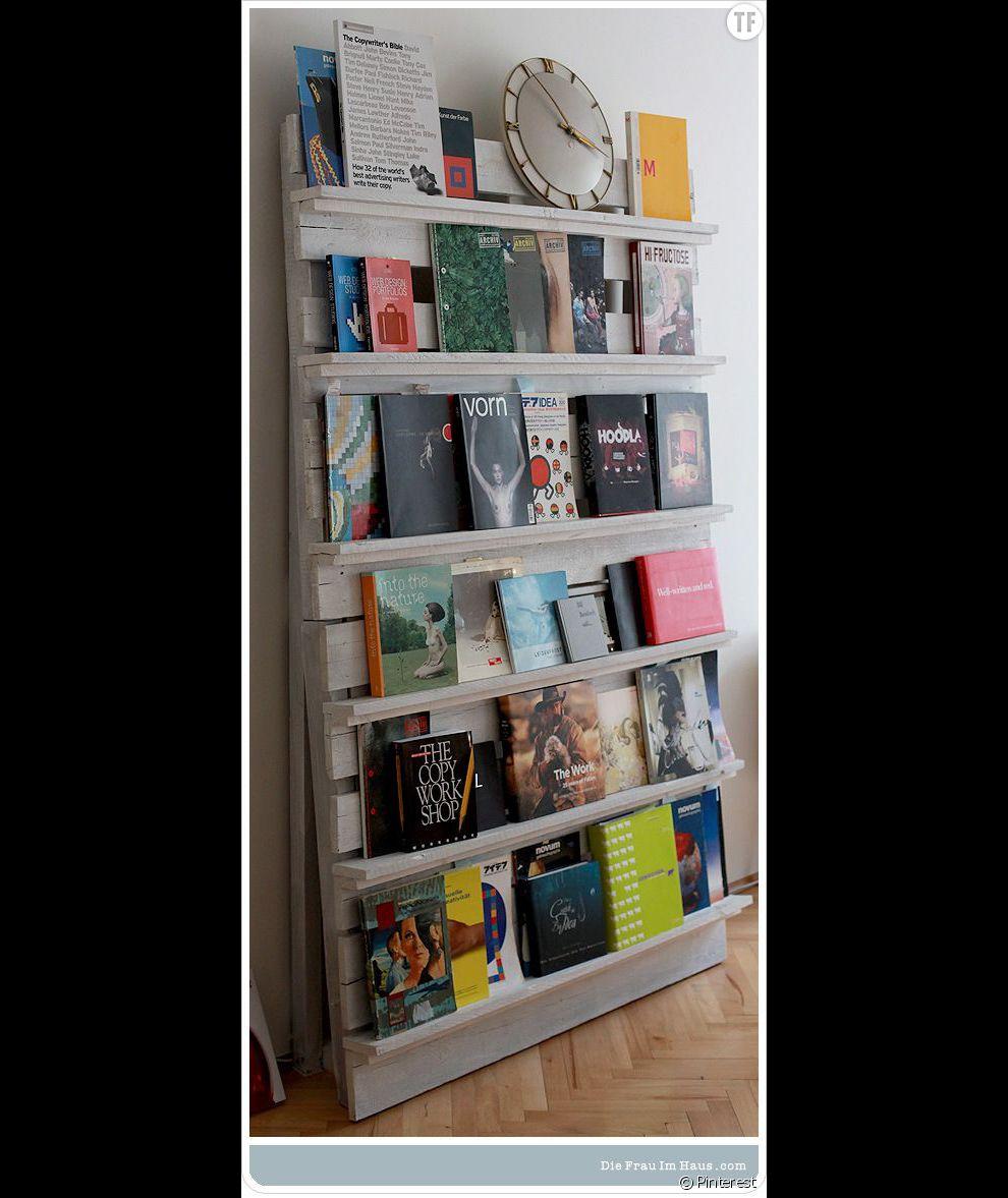 Déco : une palette récupérée et transformée en bibliothèque