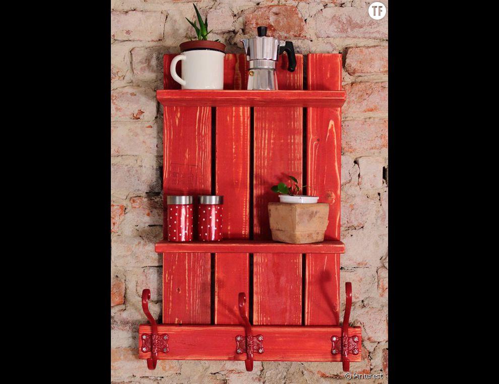 Une palette peinte et transformée en meuble de cuisine