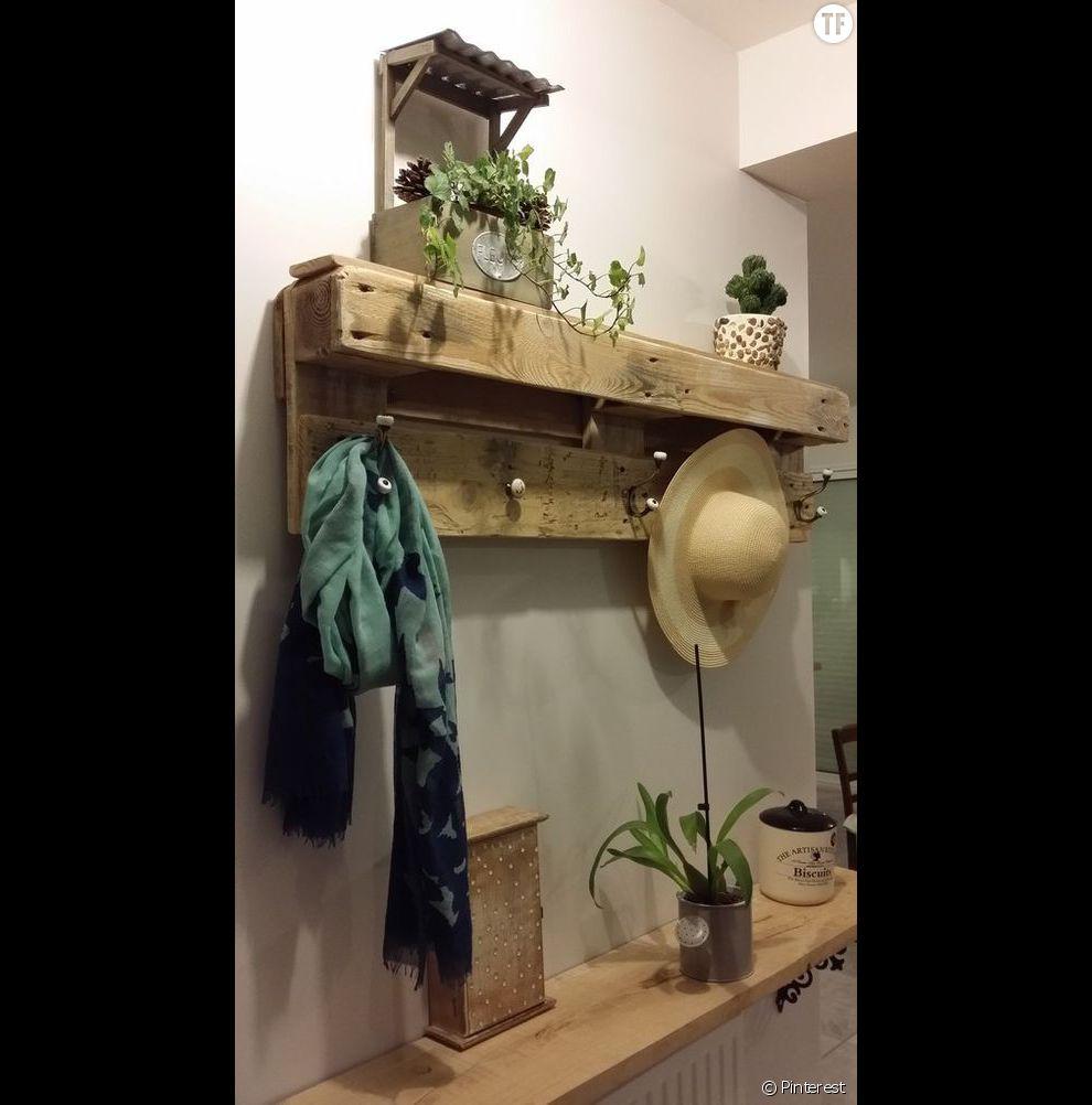 Idée déco : une palette transformée en étagère à placer dans l'entrée