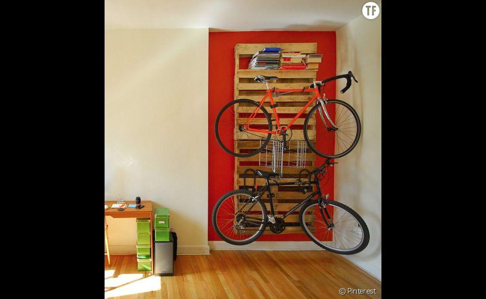 Une palette pour accrocher son vélo