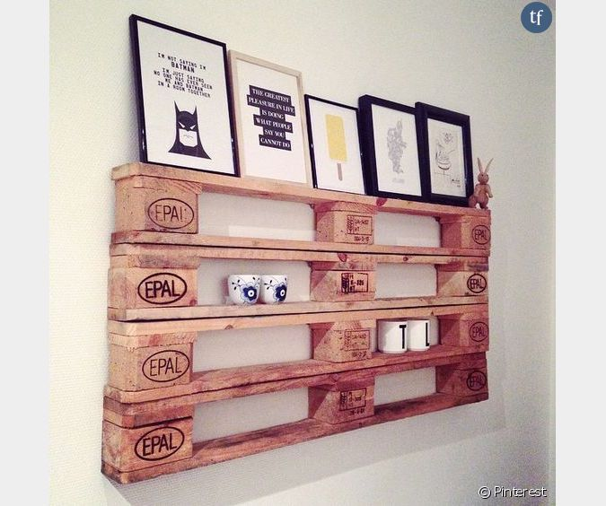 d coration murale une palette transform e en tag re. Black Bedroom Furniture Sets. Home Design Ideas
