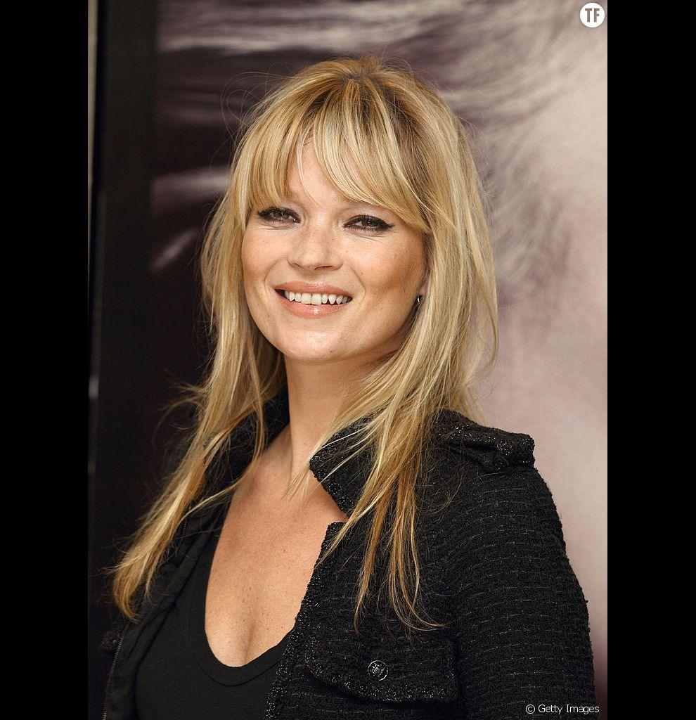 On copie la frange de Kate Moss pour donner de la densité à ses cheveux longs et fin.