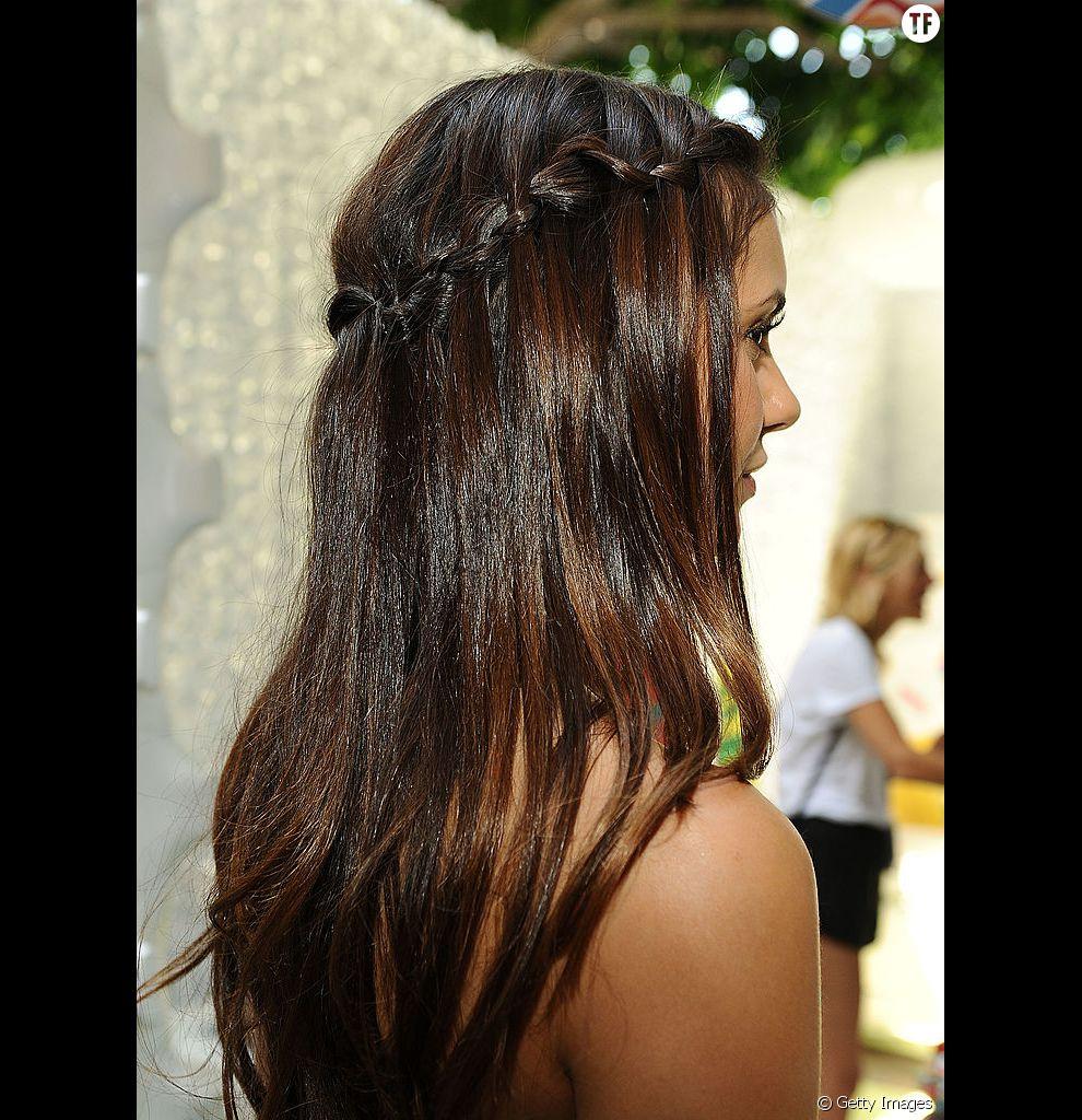 On adore la couronne tressée de Nina Dobrev, qui apporte un peu de fantaisie à ses longs cheveux fins.