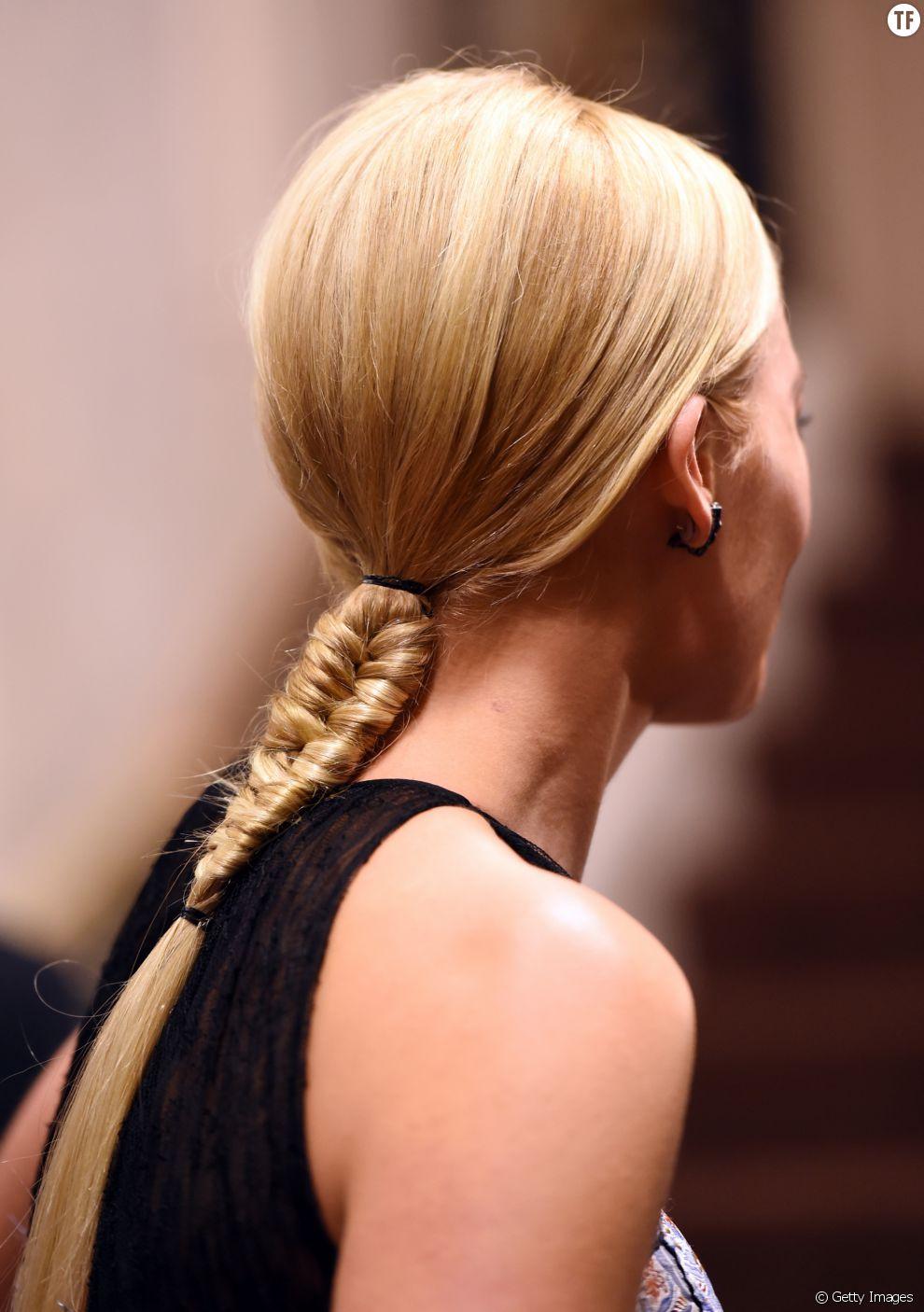 On adore cette semi-tresse imaginée par Margot Robbie. Une riche idée pour laisser ressortir la nature des cheveux fins sur les longueurs.