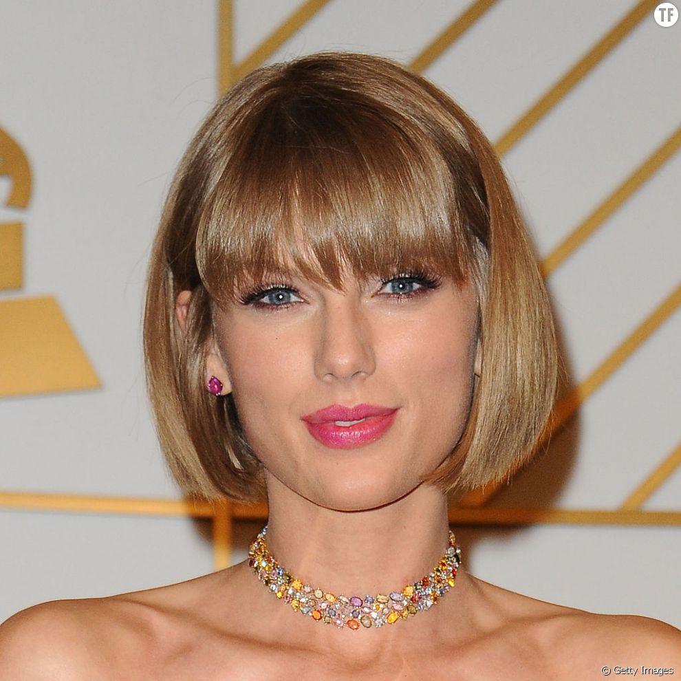 Pour un look très rétro sur des cheveux fins, on adopte le même carré à frange droite que Taylor Swift.