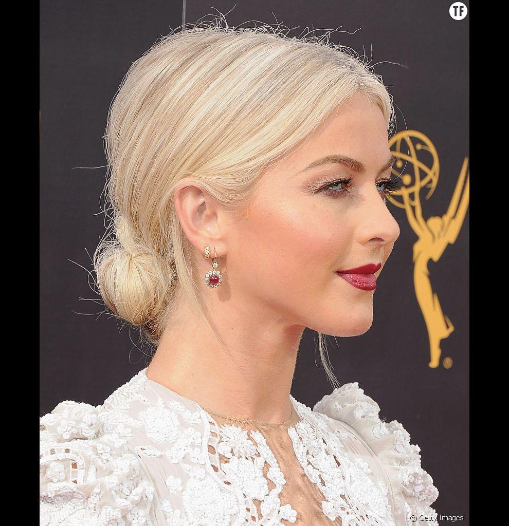 Il suffit d'un simple chignon bas et d'une raie au milieu pour structurer des cheveux fins.
