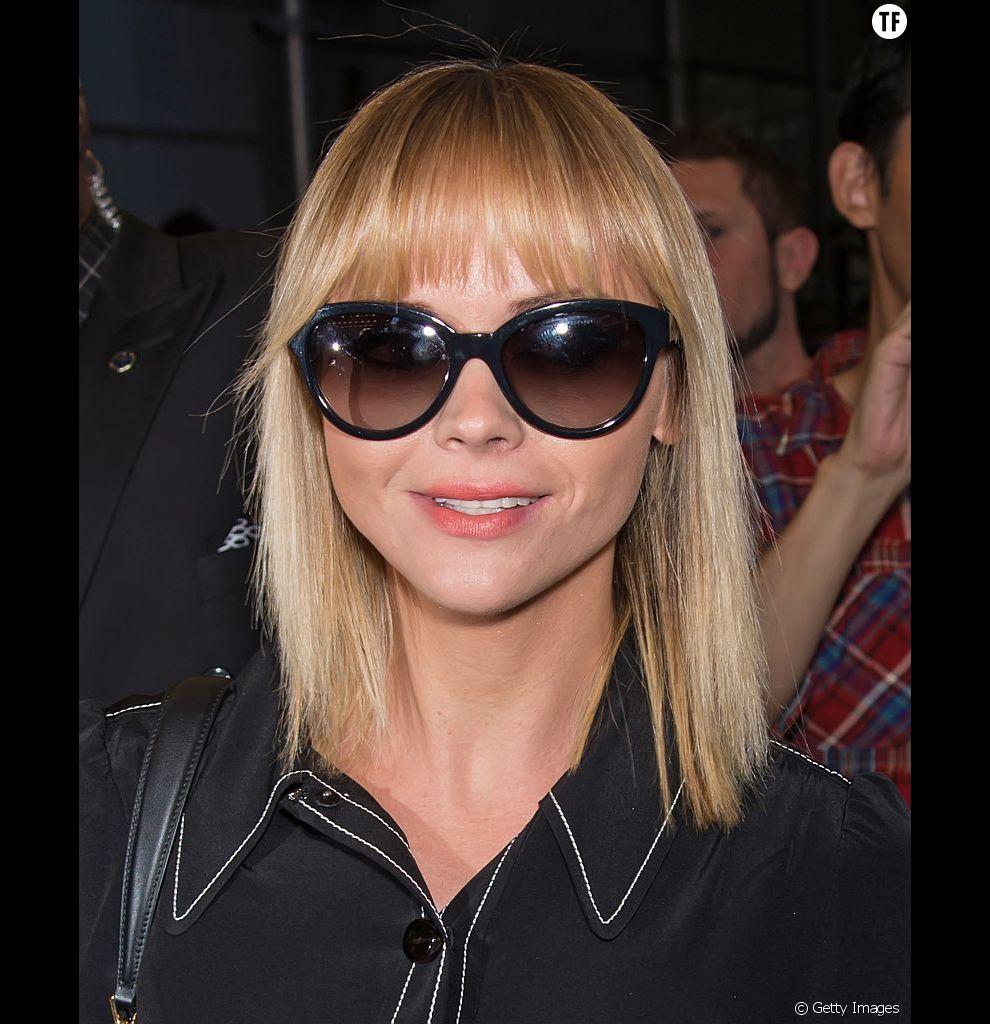 Christina Ricci, lookée comme jamais grâce à ce carré très géométrique facilement réalisable sur cheveux fins.
