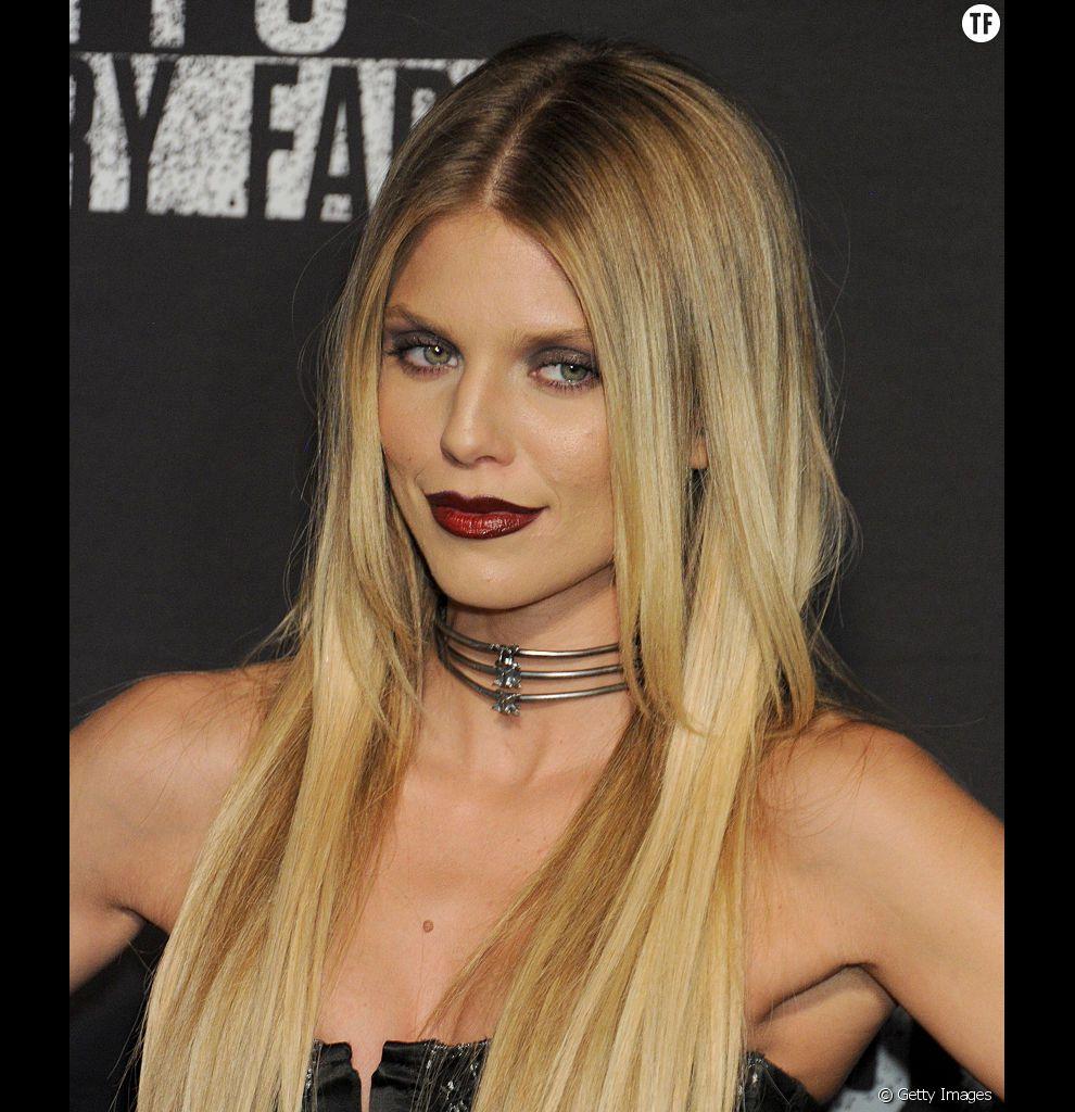 AnnaLynne McCord assure avec ses longs et fins cheveux blonds dégradés.