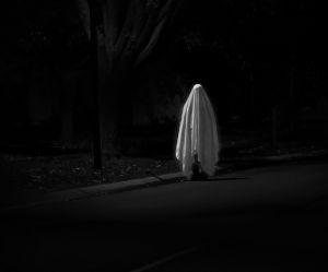 Cette ado prend un selfie et se fait photobomber par un fantôme