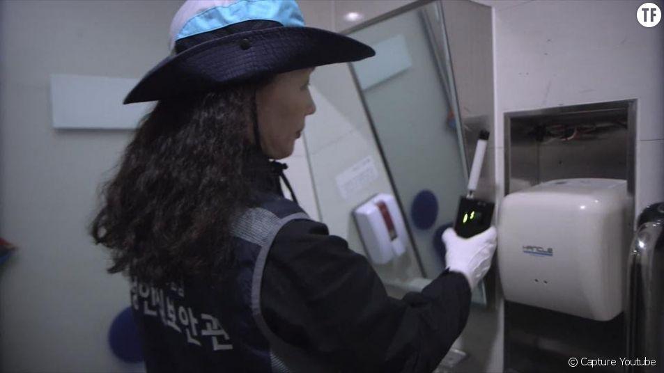 Policière qui cherche des caméra espion en Corée
