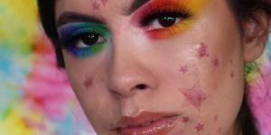 Elle célèbre son acné en transformant ses boutons en étoiles
