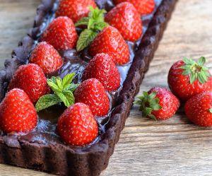 La recette de la tarte au chocolat et aux fraises sans cuisson