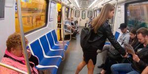 """L'astuce d'une militante russe pour éradiquer le """"manspreading"""" dans le métro"""