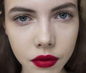La poudre à lèvres, la tendance beauté qui twiste les bouches